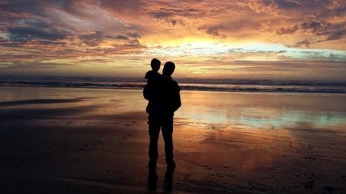 padre-e-figlio-guardano-il-tramonto