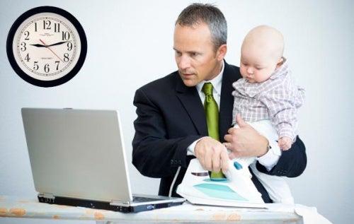 papa-a-lavoro-con-figlio-arrivo di un bebè