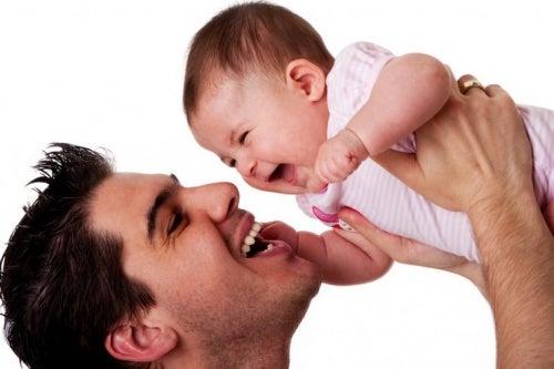 papa-e-figlio-giocano