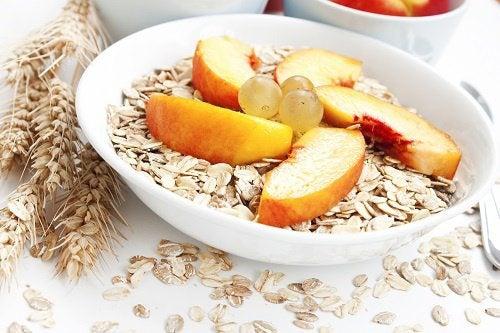 piatto-di-frutta-con-cereali-abitudini