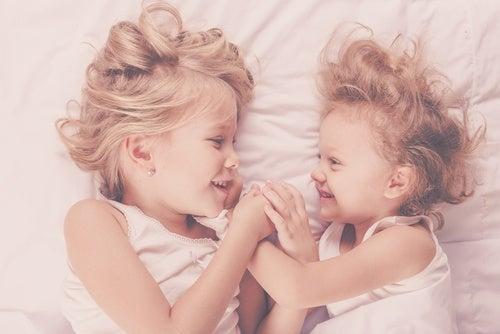 sorelle-che-si-guardano
