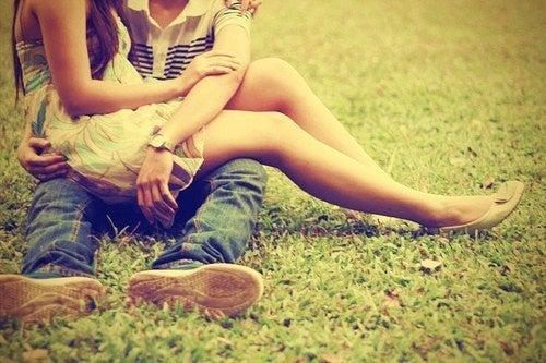 Sarà vero amore? Una coppia abbracciata.
