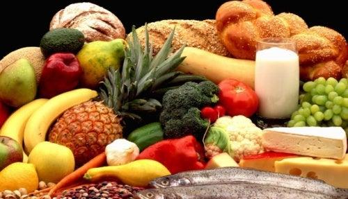 Alimenti da assumere in gravidanza: frutta, verdura, amidi, latticini.