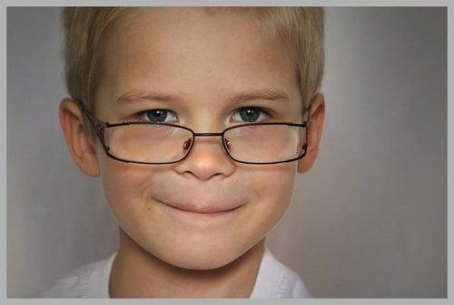 Bambino con gli occhiali: l'intelligenza si eredita dalla madre.