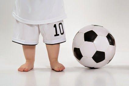 Bimni scalzi, piedini e pallone.