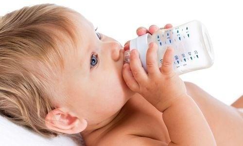 Bimbo col biberon: un neonato non deve bere acqua