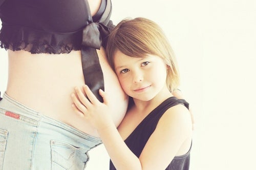 Mamma col pancione e figlia