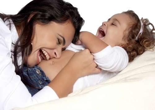 Sdrammatizzare invece di alzare la voce: madre e figlio ridono insieme.