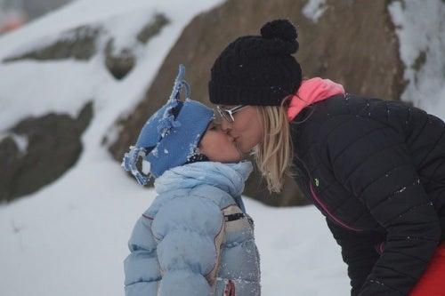 Bacio tra madre e figlia