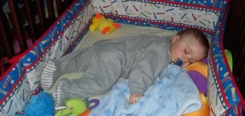 Mio figlio si scopre mentre dorme. Cosa posso fare?