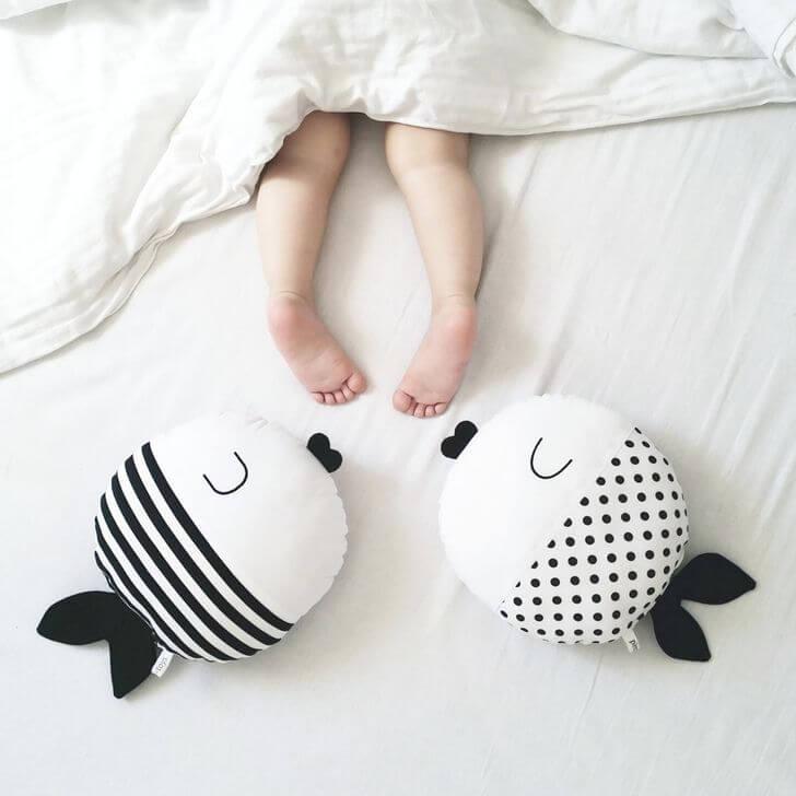 Il bambino si scopre mentre dorme, mettendo i piedi fuori dal letto.