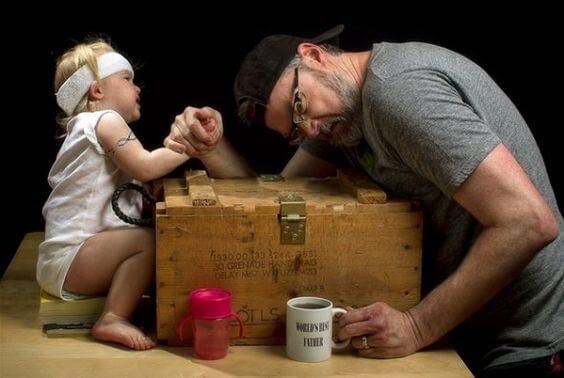 Braccio di ferro tra padre e figlia.