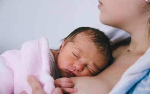 Non prendere in braccio il neonato prima della mamma