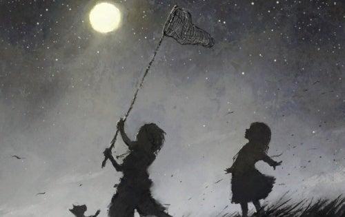 Un bambino felice gioca a catturare la luna con un retino