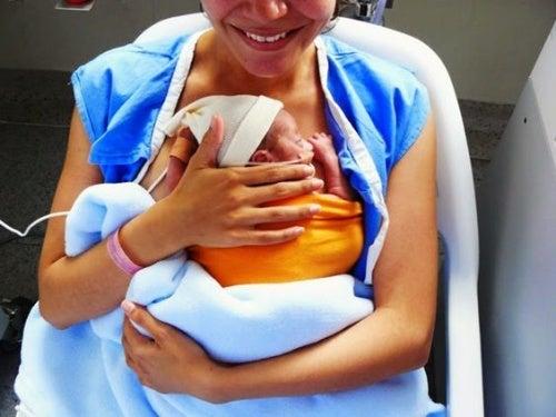 Bambini prematuri: una mamma stringe a sé il suo piccolo