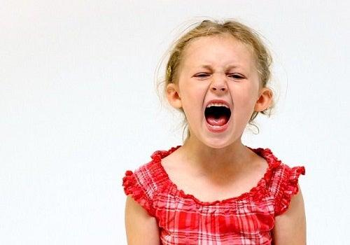 Una bambina urla arrabbiata: bambini tiranni.