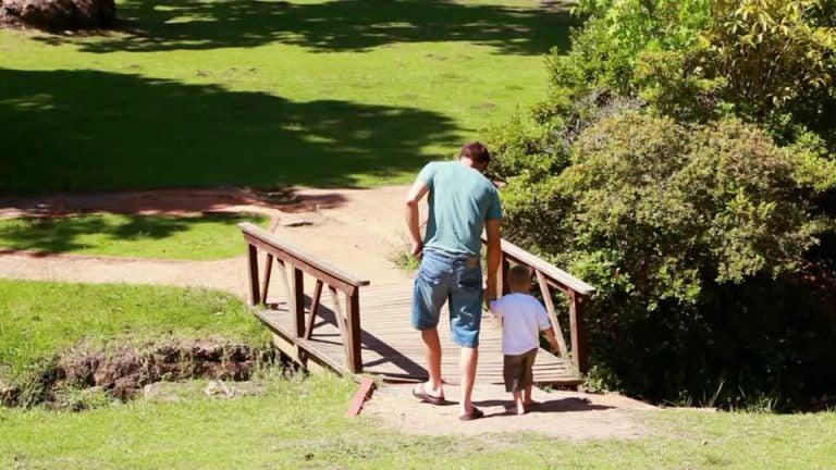 Un buon padre costruisce ponti verso il cuore di suo figlio