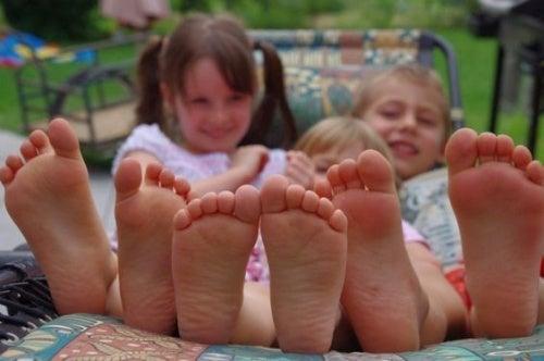 Bambini: tutti i vantaggi di stare scalzi