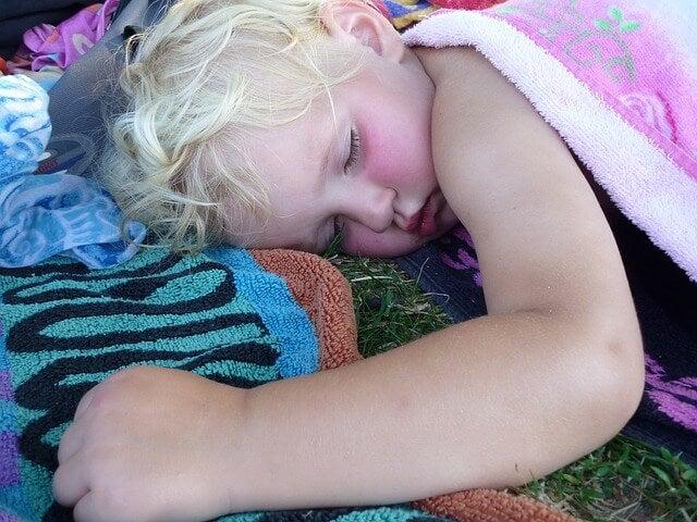 bambino dorme con copertina