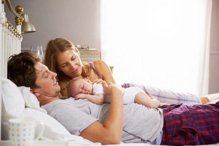 Lasciarli dormire con i genitori: sì o no?
