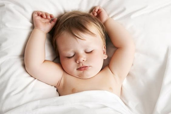 bambino dorme con braccia alzate