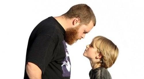 Tensione tra padre e figlio: bambini insolenti.
