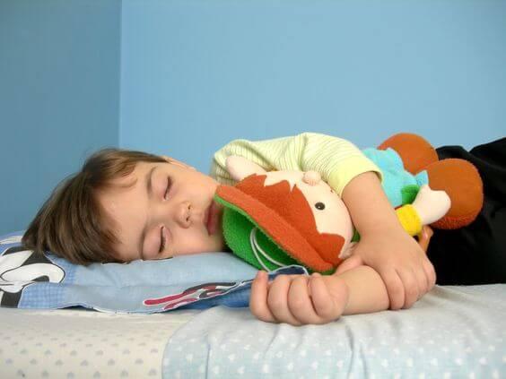 Andare a letto tardi è problematico per i bambini.