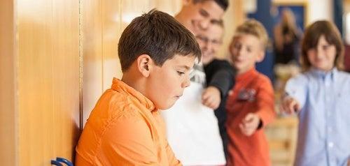 Bambino isolato dai compagni di scuola