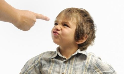 Esempi di bambini ribelli: un bimbo contesta la madre.