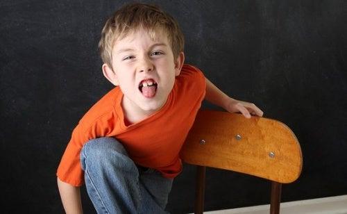 Un bambino fa la linguaccia.
