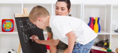 Madre e figlio fanno sercizi per scrivere meglio.