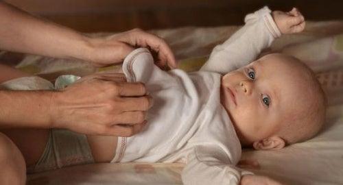 Bisogna svegliare il bambino per cambiargli il pannolino?