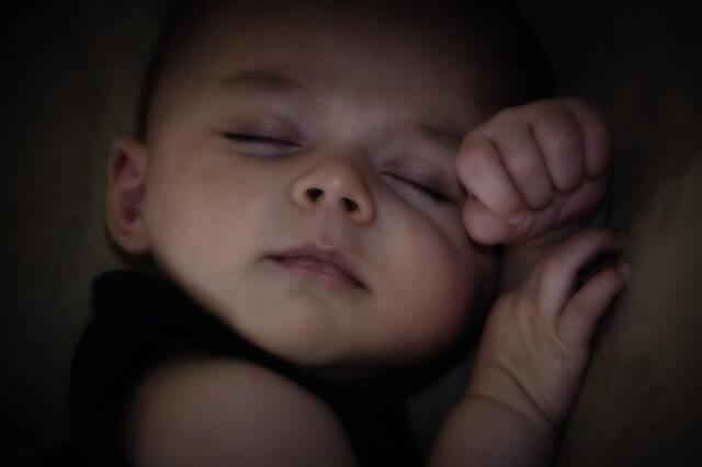 Bambino che dorme di lato, disturbi del sonno nei bambini.