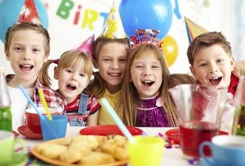 Una festa di compleanno colorata e divertente