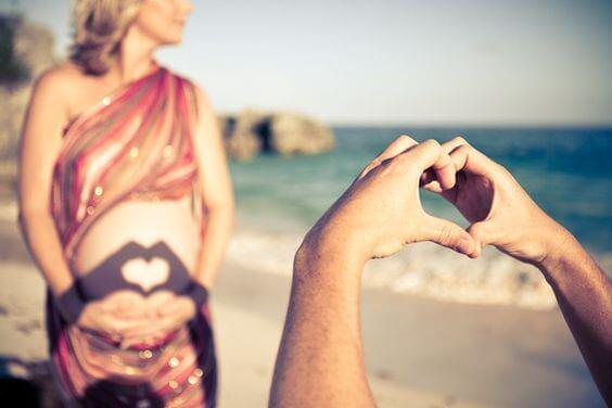 Una nuova vita in arrivo, donna incinta silla spiaggia.