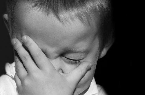 Un bambino triste che piange per carenza di affetto