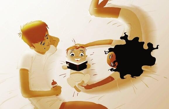Disegno di una famiglia, con mamma, papà e neonato che legge nel lettone