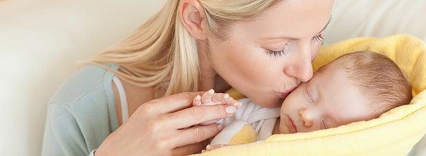 Mamma bacia il neonato.