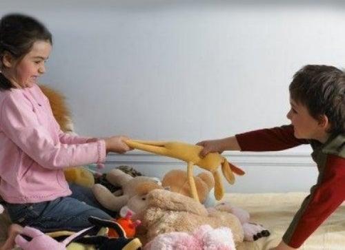 Bambini egoisti: fratelli che vogliono lo stesso giocattolo