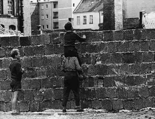 Bambini davanti a un muro.
