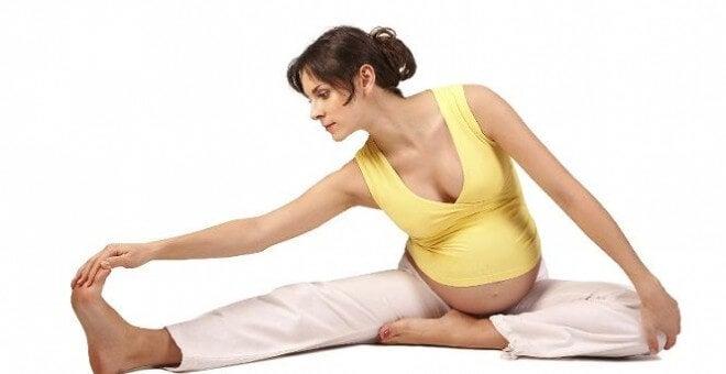 Una donna incinta fa yoga.