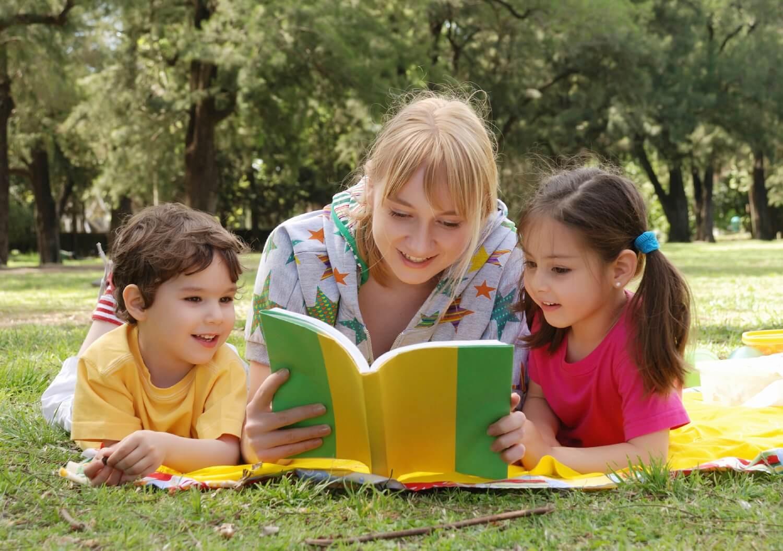 Madre e figli leggono libri per bambini.