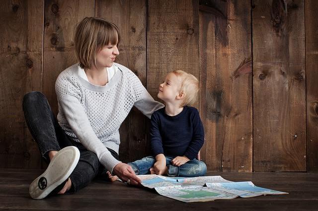 mamma e figlio che giocano