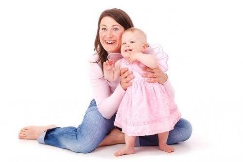 mamma con bambina: partorire una femmina è meno doloroso
