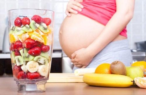 Mamma col pancione e frullati di frutta, un antidoto per l'acidità di stomaco in gravidanza.
