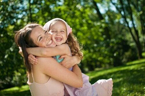 Un abbraccio è il rifugio migliore anche nei momenti di allegria
