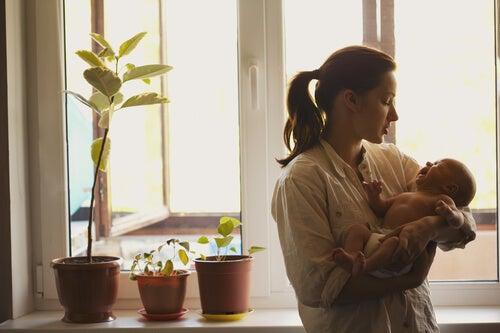 Neonato in braccio alla madre.