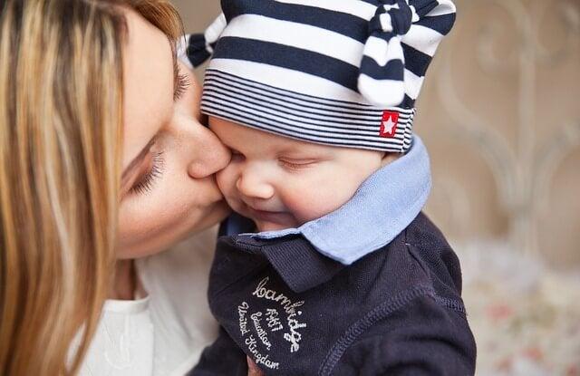 Mamma che bacia il suo bambino.