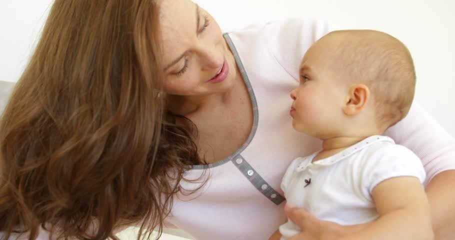 Mamma e neonato si guardano
