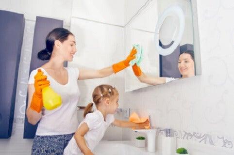 La responsabilità delle faccende domestiche una bimba aiuta la mamma.
